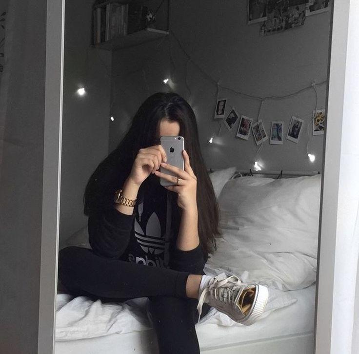 Картинки девушек у зеркала брюнетки