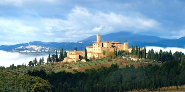 Castello Banfi il Borgo, Italië: Behalve zijn oude grondvesten, valt dit hotel op dankzij het heerlijke zwembad aan de rand  van eindeloze Toscaanse wijngaarden. Het hotel kan ook uitpakken met Romeinse artefacten die te bezichtigen zijn in de dertiende-eeuwse vleugel van het gebouw.