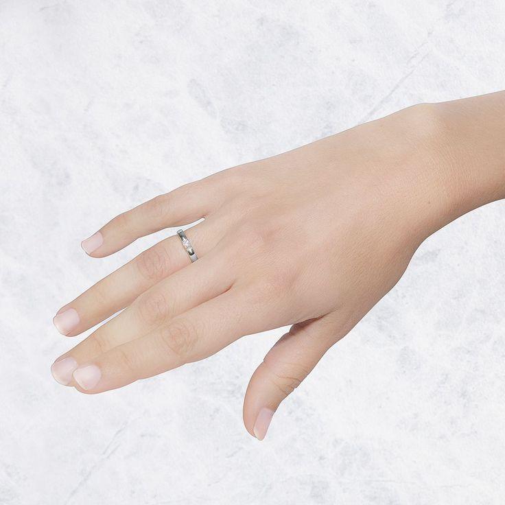 Anillo de compromiso de oro blanco de 18 quilates. Este anillo solitario de Argyor tiene un diamante talla brillante de 0.10ct.