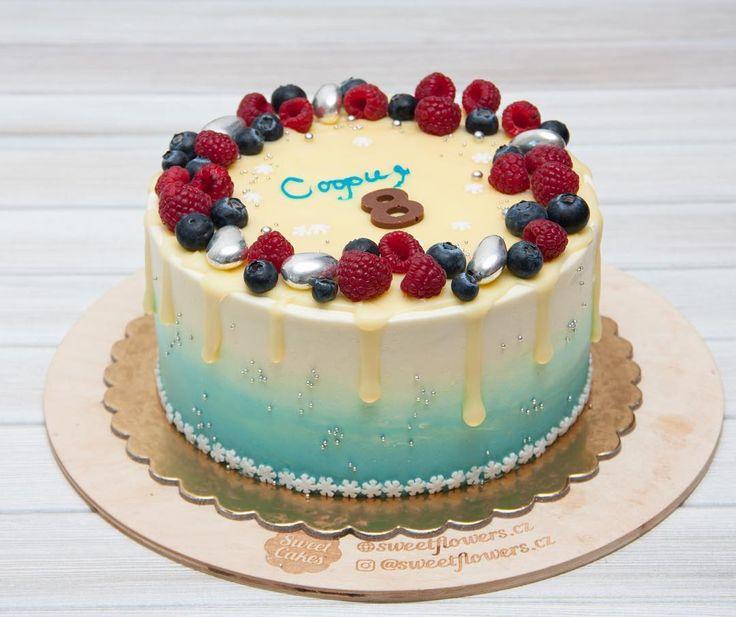 Dnes bych ráda poděkovala svým zákazníkům za to že mi dávají možnost realizovat Vaše přání v podobě mých dortů. Děkuji za to že mě neomezujete a dáváte mi úplnou volnost. Moc mě to baví. Dnešní dort byl právě objednán k narozeninám krásné holčičky která se profesionálně věnujekrasobruslení což je pro mě velice důležité protože moje dcera je také začínajícíkrasobruslařka. Dort má klasický piškotový korpus smetanový krém a jahody.  Сегодня я хотела бы поблагодарить своих заказчиков за то что…