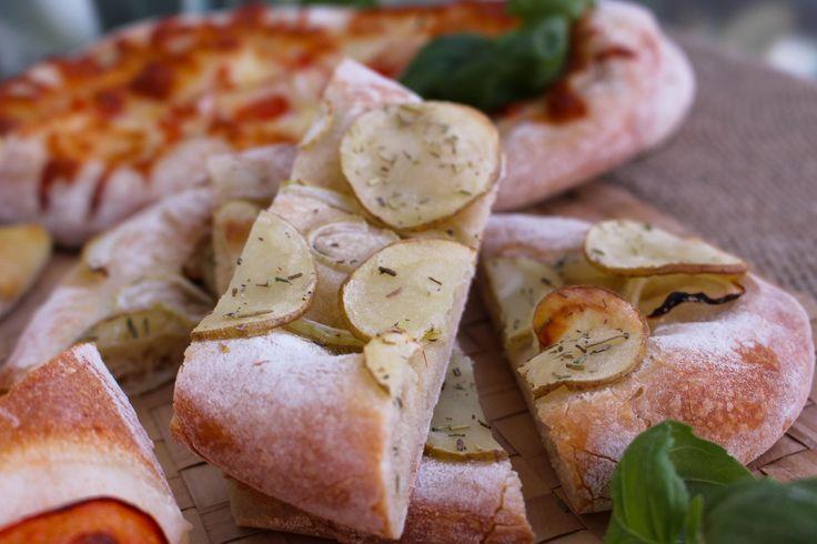 Medelhavsmaten när den är som bäst. Goda italienska focacciabröd med en touch av Mellanöstern. De blir en blandning mellan manaish och klassiskt italienskt bröd. Vackra att duka fram på buffén bredvid en god soppa, sallad, pasta eller gryta. Även goda som en lyxig frukost. Garnera efter smak, skär i diagonala skivor, strö på örter och servera på en bricka. Plocka fritt, doppa i en god olivolja eller något annat gott. Underbart!