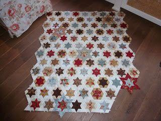 Saskia's Quiltkamer; mooi! sterrenquilt met driehoekjes ertussen.