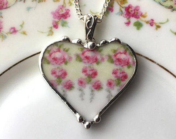 Gebrochen China Schmuck, Herz-Halskette, antike kleine rosa Rosen mit Mint grün Hintergrund, Porzellanschmuck, China-Herz