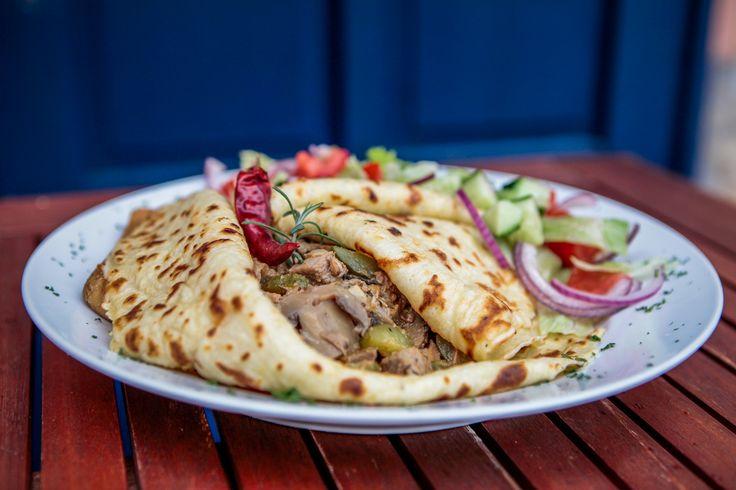 ÖRDÖG PALACSINTA kétféle hús  karakteres csípős  ragujával, gombával, csemegeuborkával, salátával - pokolian finom ...