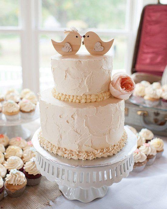 O topo de bolo deve ser escolhido de acordo com o gosto do casal. Ele vai mostrar um pouquinho sobre a personalidade dos dois e contar sua história. A ideia é que seja bem a ver com o clima: romântico divertido sério tanto faz desde que reflita a alma dos noivos vai ser lindo!