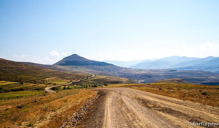 [Lesotho] On the road... Et l'ivresse d'emprunter les pistes du Lesotho... Rejoindre Katse Dam depuis Thaba-Tseka et découvrir un vaste univers... #lesotho #lesothoroadtrip #igerslesotho #ontheroad #roadtrip #africa #afrique #unlimitedafrica #neverstopexploring #photodujour #picoftheday #defi365 #canon #canonphoto #travelphotography #travel #travelgram #instatravel #roaditude #voyage