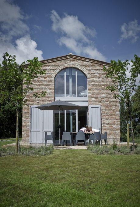 Udefra er villaen klassisk italiensk med rustikke stenmure, men indenfor er stilen enkel og moderne med hvide vægge og gulve i beton. Kig med indenfor i den smukke bolig, og bliv inspireret!