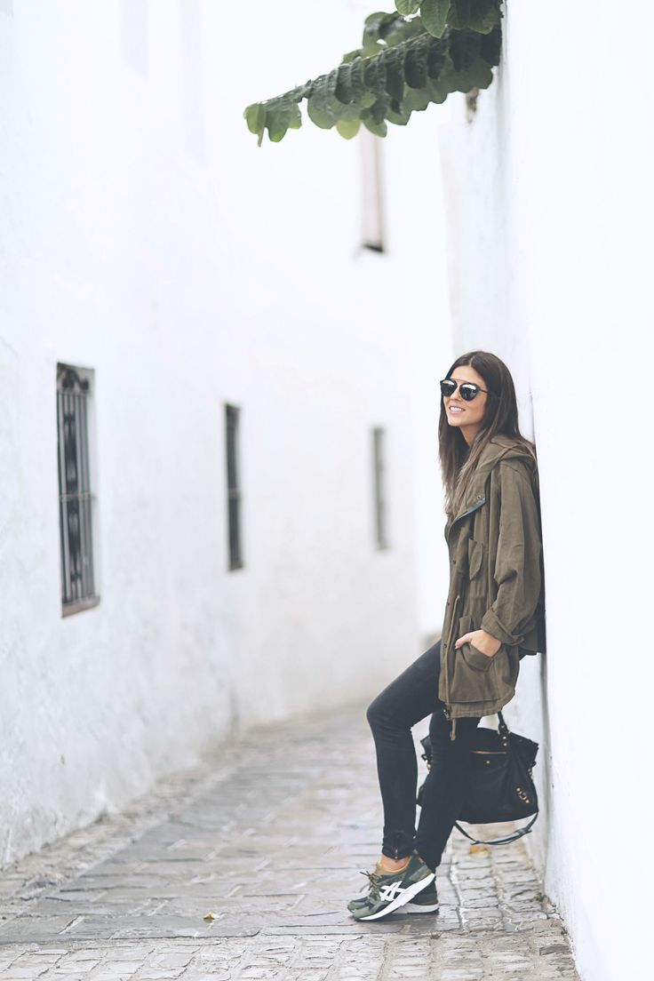 Natalia Cabezas keeps it cool and casual in a khaki parka and black skinny jeans. Jeans/Parka/T-Shirt: Zara, Bag: Balenciaga.