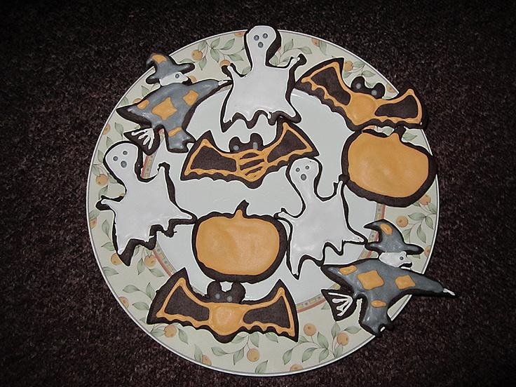 Halloween cookies - Zelfgemaakte en versierde Halloween chocoladekoekjes in de vorm van een spook, heks, pompoen en vleermuis.