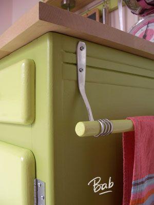 Les crochets «fourchettes» qui maintiennent la barre pour faire sécher les torchons :