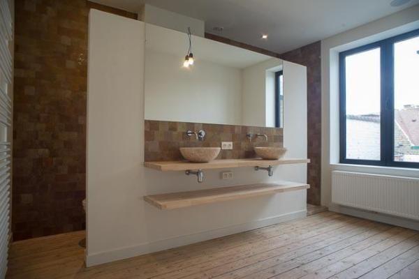4-MAIL | 099 KG #badkamer #bathroom verborgen toilet en douche achter wand met dubbele lavabo en spiegel (bad ertegenover niet zichtbaar op deze foto)