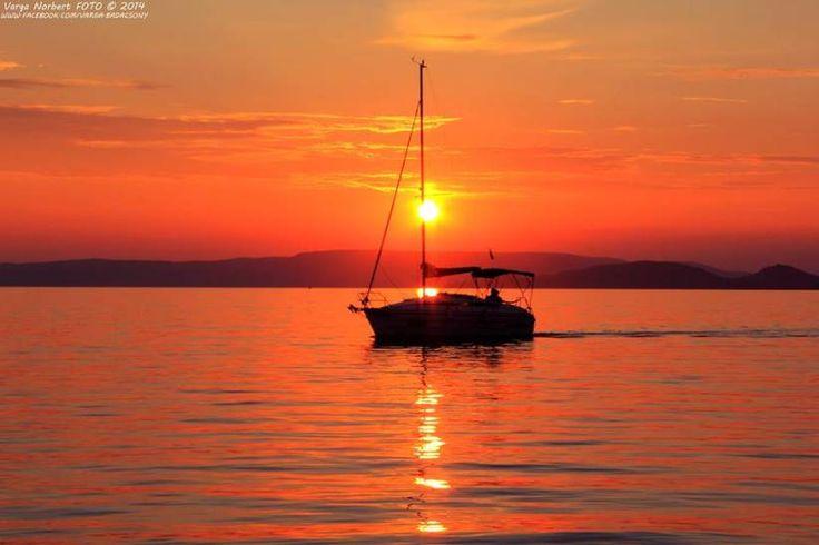 Narancsos Balaton vitorlással - a nap képe