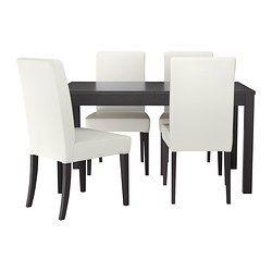 IKEA - BJURSTA / HENRIKSDAL, Taula amb 4 cadires, Inclou dues fulles extensibles.Aquesta taula de menjador extensible amb dos taulers addicionals s'adapta a les teves necessitats; té capacitat per a 4-6 persones.Com que ha estat tractada amb vernís incolor, la superfície és fàcil de netejar.El mecanisme de tancament ocult manté el tauler d'extensió al seu lloc i evita que quedin forats entre els taulers.Els taulers d'extensió es poden guardar a sota per tenir-los a mà quan els necessitis.