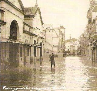 El Mercado de la calle Feria en primer plano durante la riada del Tamarguillo. 1961.