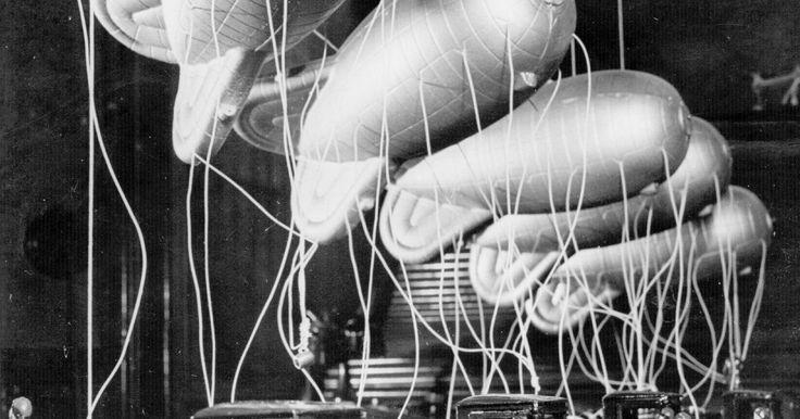 Como fazer um balão inflável. Balões são decorações alegres para festas de aniversário, reuniões de família e feriados. Balões infláveis caseiros acrescentam um significado especial a esses eventos, além de proporcionar uma atividade de artesanato divertida e fácil de realizar. Faça balões infláveis para entreter crianças em uma tarde de chuva. O papel mylar (de poliéster) e a ...
