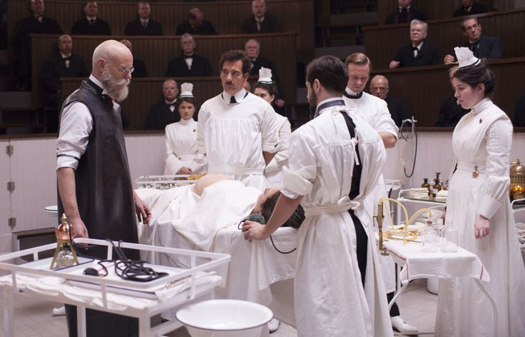 HBO-AKTUELL: Clive Owen spiller hovedrollen som John W.Thackery (i midten) i TV-serien The Knick.