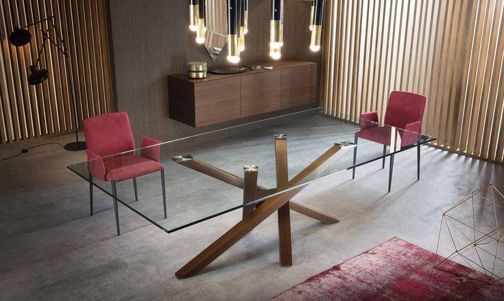 Tavolo in vetro Shangai Il nuovo tavolo Shangai è realizzato in un'ampia e moderna gamma di materiali con oltre duecento possibilità di personalizzazione tra diverse misure, basi in diversi colori  e piano in cristallo.