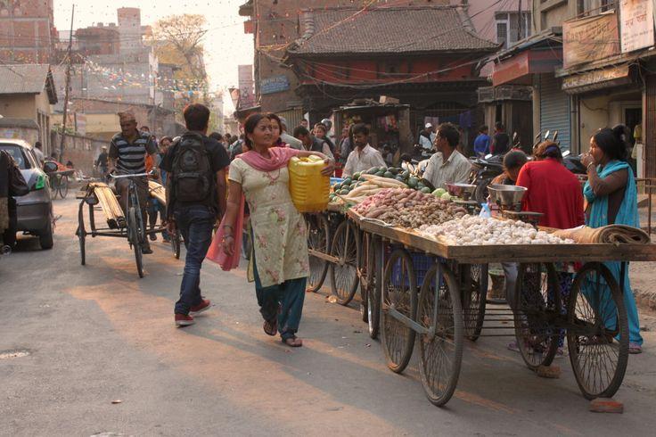 [Patan in 10 scatti] Ancora un po' di Nepal sul blog, questa volta Patan, la città che mi è piaciuta di più. È la seconda città più grande del Nepal, vicinissima a Kathmandu, ma molto più intrigante e tradizionale. In particolare questa zona, quella del mercato, della confusione, della spesa, delle chiacchiere. La vita quotidiana in Nepal ha la luce dei film.