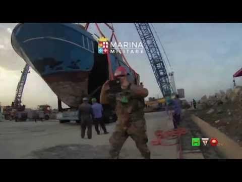 MARINA MILITARE - Timelapse del posizionamento relitto barcone affondato...