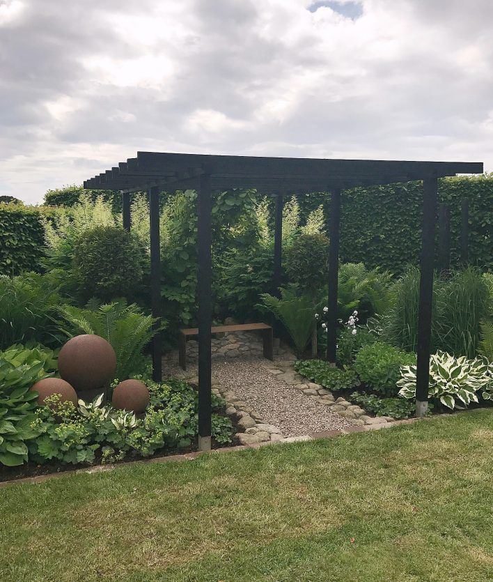 I like the fact that they've stained this arbour black - it would work with the surrounding buildings! Trädgårdsinspiration hos Kajsa på Enkla Ting