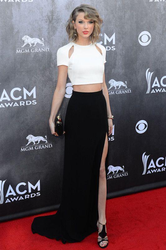 Taylor Swift com saia longa preta