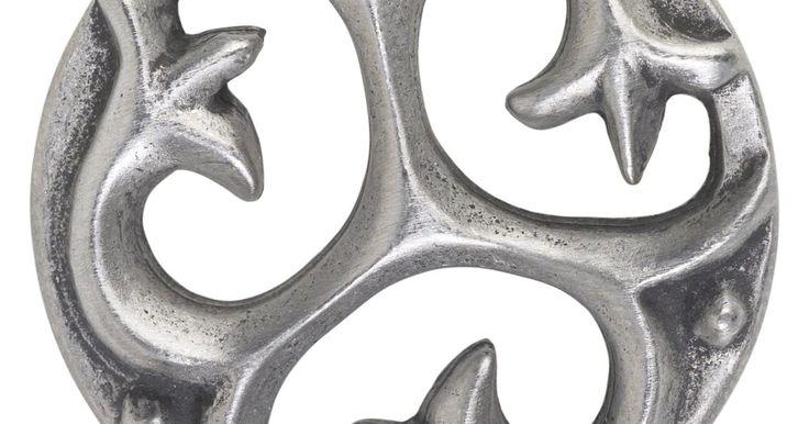 Como limpar prata antiga manchada. As manchas aparecem quando a prata entra em contato com compostos de enxofre a partir de vários materiais, como a lã, faixas de borracha, alimentos, feltros e látex. Mesmo que você não toque na prata antiga com frequência, elas podem aparecer por causa do sulfeto de hidrogênio presente no ar. A mancha começa com uma aparência amarelada, ...