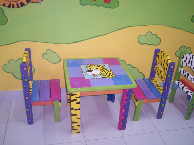 Painted child table and chairs . Mesa y sillas para chicos pintadas