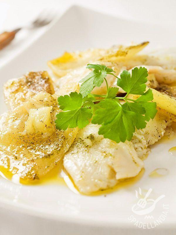 Baccalà in bianco alle patate e cipolle: un secondo di mare che porta in tavola tutte le virtù del pesce, con le sue sostanze nutritive e il suo gusto.