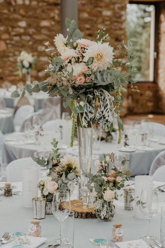 Hochzeitsdekoration Im Jagdschloss Platte Mit Hoher Vase In Blush Und