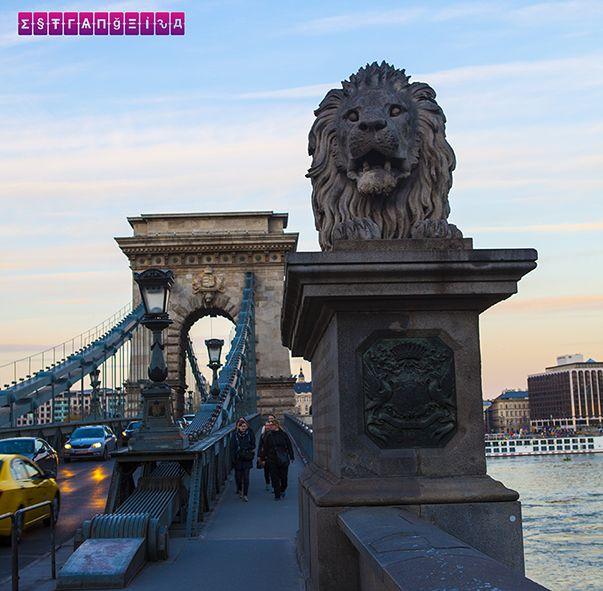 Uma da Chain Bridge de dia. Ficamos 2 dias em Budapeste, na Hungria, e montamos um roteiro com as atrações imperdíveis e preços!