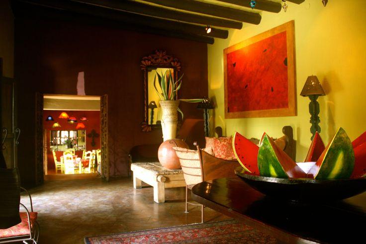 Мексиканский стиль. В архитектуре Мексики форма и цвет неотделимы друг от друга. Гармоничные внутренние дворики, массивные колонны, богато оформленные интерьеры и звучные цвета до сих пор вдохновляют архитекторов и дизайнеров. Все это воспринимается только с учетом солнечного света, само архитектурное пространство ничего не значит.