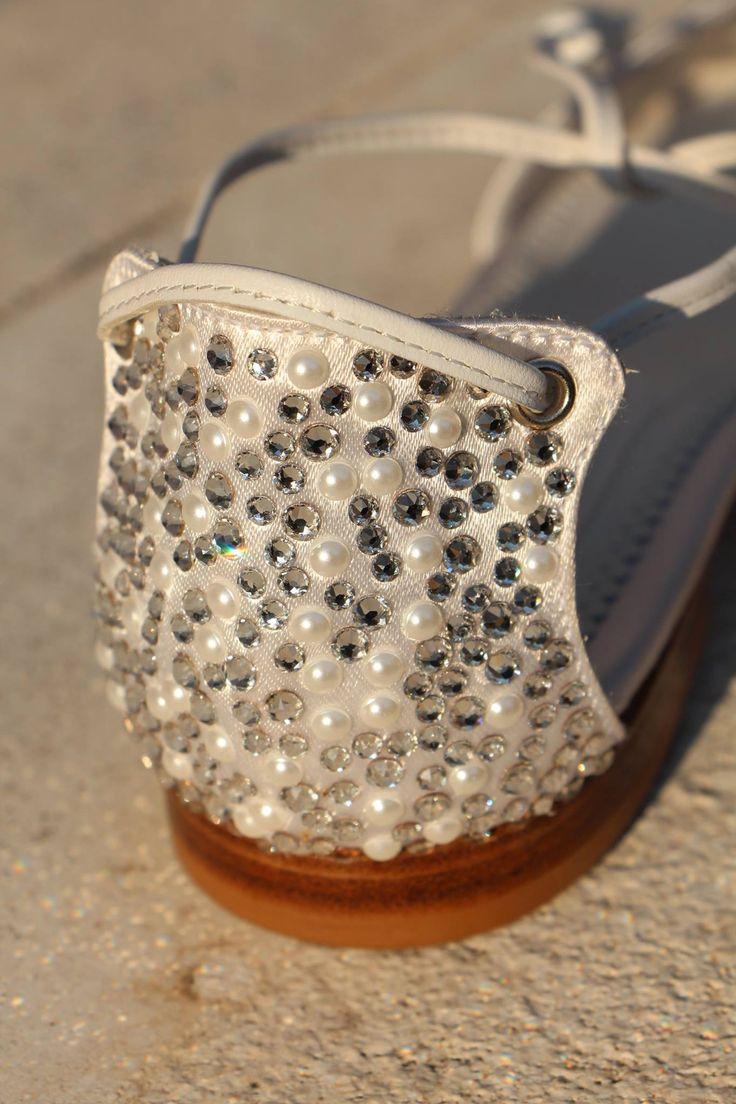 La raffinata armonia di perle bianche e cristalli argentati... The sophisticated harmony of white pearls and silver crystals...