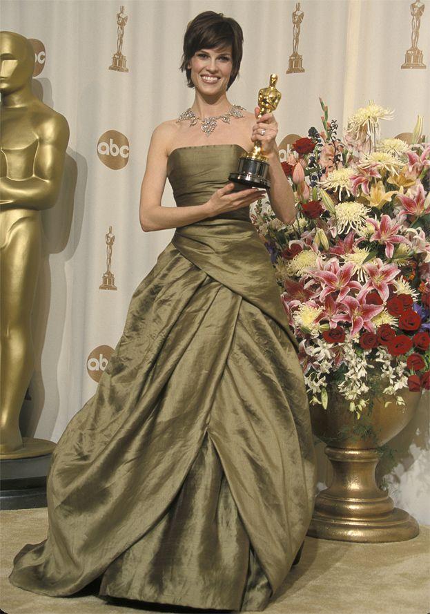 2000: Hilary Swank za Nie czas na łzy, suknia Randolpha Duke'a
