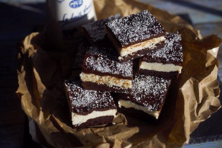 Tisztában vagyunk vele, hogy ez nem egy szuper egészséges desszert, sőt... de gondoljatok csak bele, hogy egy durváncsokis alapon, lapul egy házi bounty réteg, amit lezár egy extra csokoládé tető! Mi baj lehet ebből? Semmi! Próbáljátok ki!  Bounty brownie Hozzávalók  A brownie alaphoz :  100…