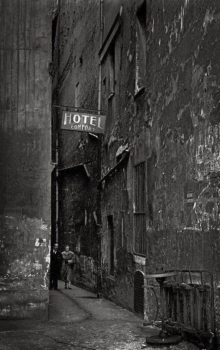 Paris 6e 1955 - rue du Chat qui Pêche - Photo: Frank Horvat