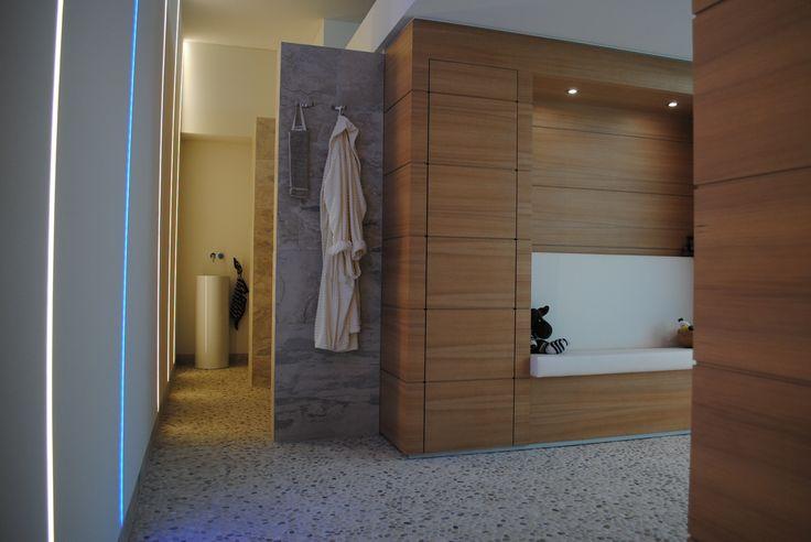 Maatwerk zitje in wellnessruimte tussen stoomcabine en sauna. Ook uitgevoerd in Hemlock en Skaileer.