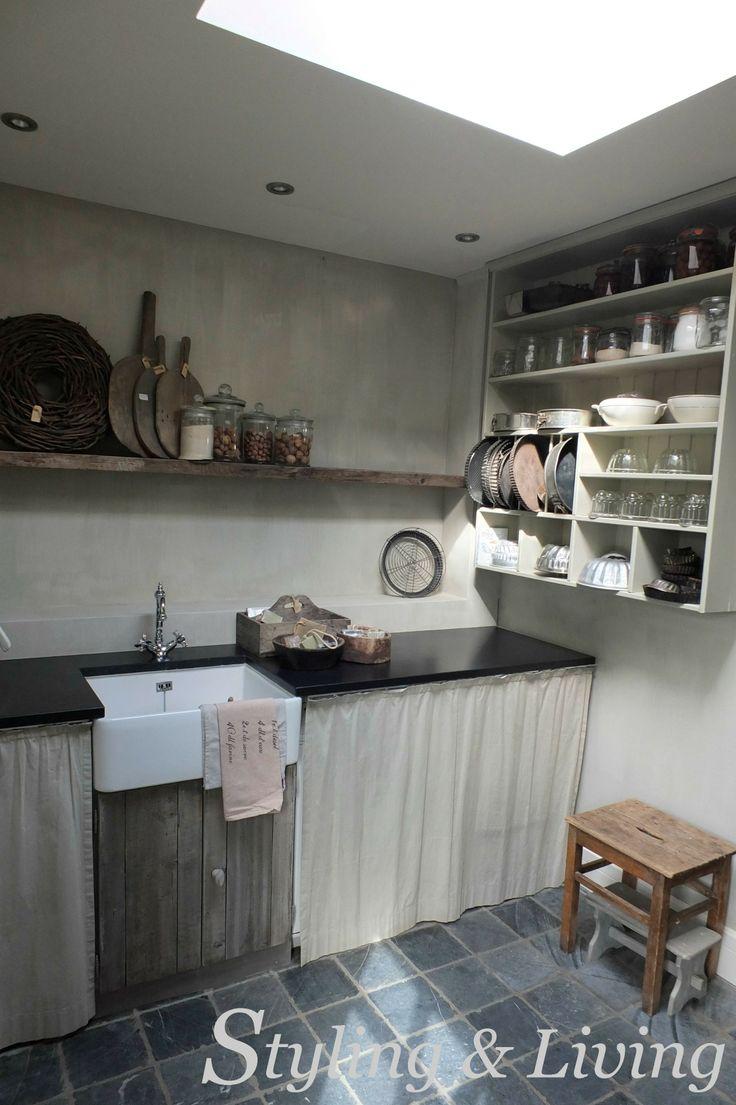 Landelijke bijkeuken met vergrijsd hout, kalkverf muren en stoere accessoires. Showroom Styling & Living