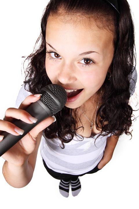 wallpaper Pretty girl learn to sing