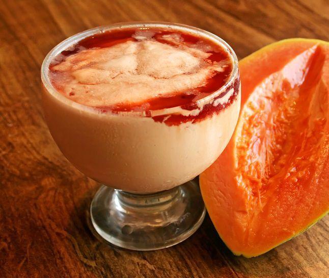 creme de papaia Receita de creme de papaia light: ½ mamão papaia, 1 copo de iogurte desnatado, 1 colher (chá) de geleia de frutas vermelhas sem açúcar. Bata o iogurte com o mamão no liquidificador. Coloque a mistura em uma taça e acrescente a geleia de frutas por cima. Coma gelado.