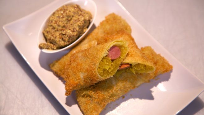 Hondel met zelfgemaakte mosterd (Loempia's met zuurkool en worst) - recept | 24Kitchen