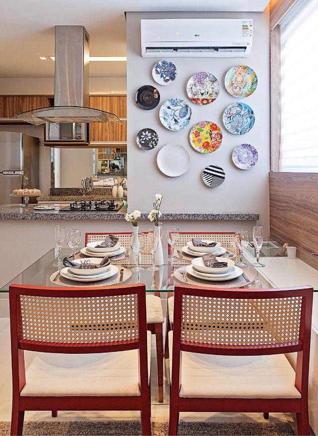 Decor com pratos na parede