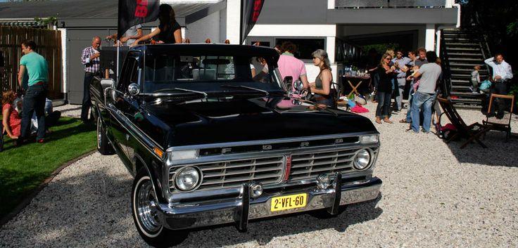 Vanuit een oude Amerikaanse Ford pick-up grillen leuke meiden heerlijke hamburgers en broodjes saté.