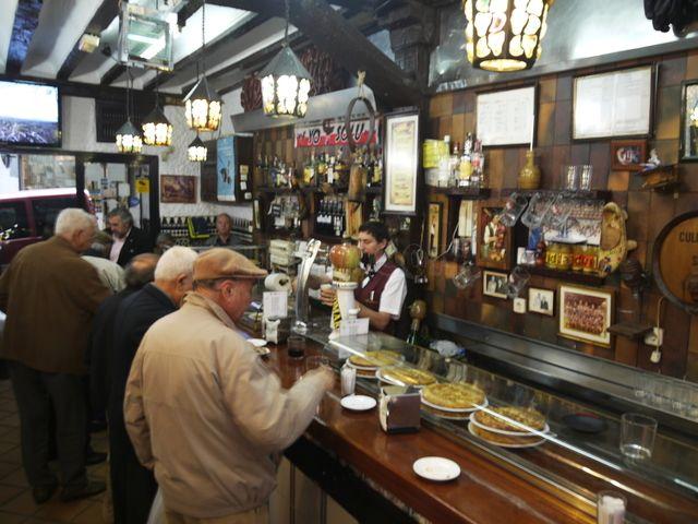 Restaurante Sidrería El Ñeru - Fabes con Almejas, Chorizo a la Sidra, Empanada y queso cabrales. Bien preparado y abundante - C/Bordadores 5 - Madrid