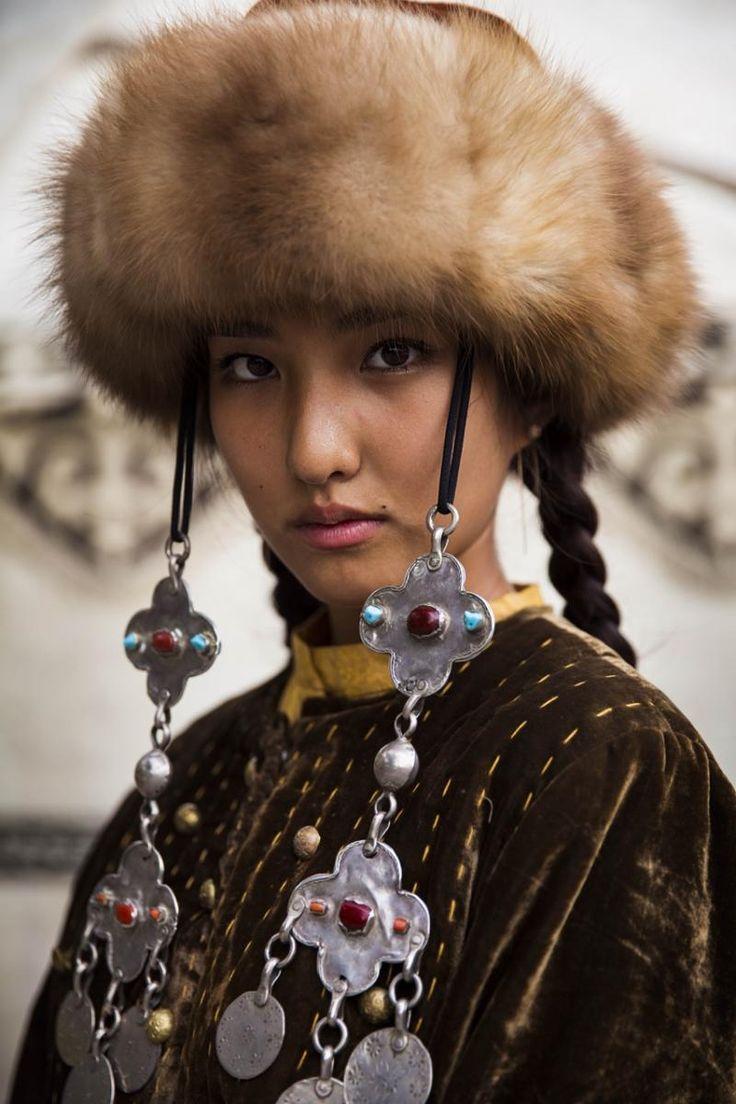 Киргизка в национальном наряде Kyrgyzstan