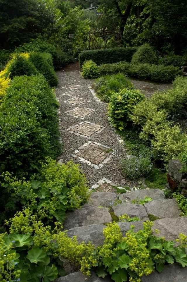 Gartenweg Mosaik Kies Backstein Rauten Muster In 2020 Gartenweg Garten Garten Pflaster