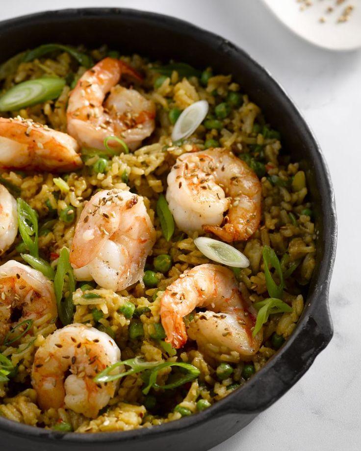 Citroenrijst met scampi en erwtjes is een heerlijk eenvoudig en Aziatisch geïspireerd éénpansgerecht. Ideaal om een restje rijst te verwerken.