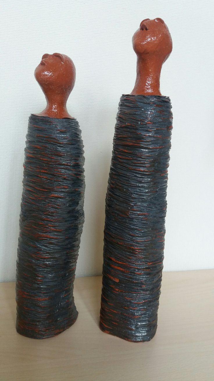 opkijkend paar in rood bakkende klei ingewassen met Mayco SW 304 copper wash en glazuur Mayco S 2101