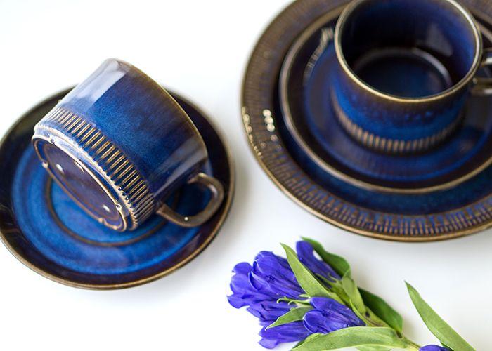 モスグリーンとコバルトブルーの釉薬が絡まって絶妙な渋みが出ています。 日本の焼き物にも似た非常に親しみやすい風合いのシリーズです。   ゲフレ/Gefle ウプサラエクビー/Upsala Ekeby コスモス/Kosmos コーヒーカップ&ソーサー