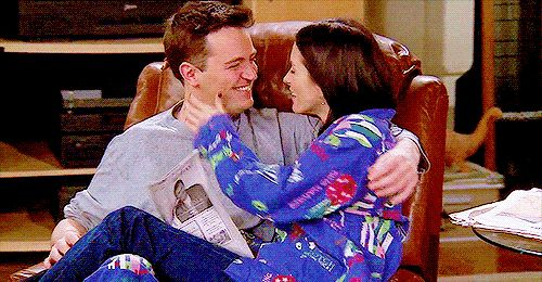 Quando eles faziam palavras-cruzadas juntos. | 24 momentos do romance de Monica e Chandler que vão tocar seu coração