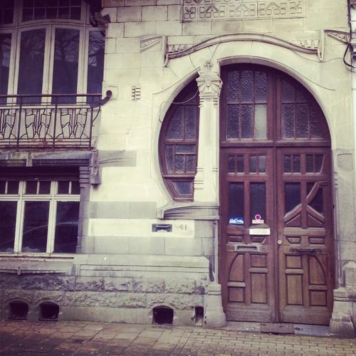 Wanneer ik langs deze deur passeer, blijf ik altijd even staan (31/365). Het mooie eraan is hoe de voordeur en het kleine venster ernaast ingewerkt zitten in een art nouveauboog. Deze architectenwoning van Achiel Van Hoecke dateert van circa 1903. #gent